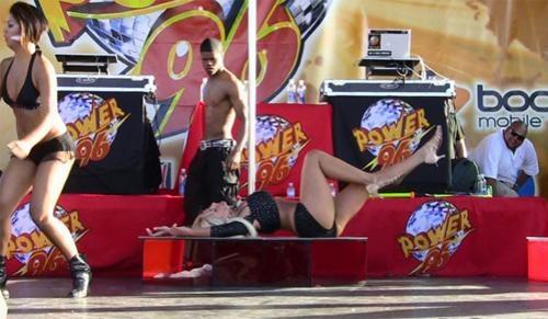 Девушка вместе со своим известным папашей развлекала посетителей фестиваля Calle Ocho в Майами.